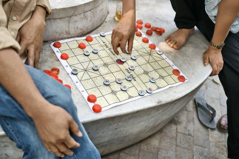 Gamers som spelar traditionell asiatisk schackdet fria i Hanoi fotografering för bildbyråer