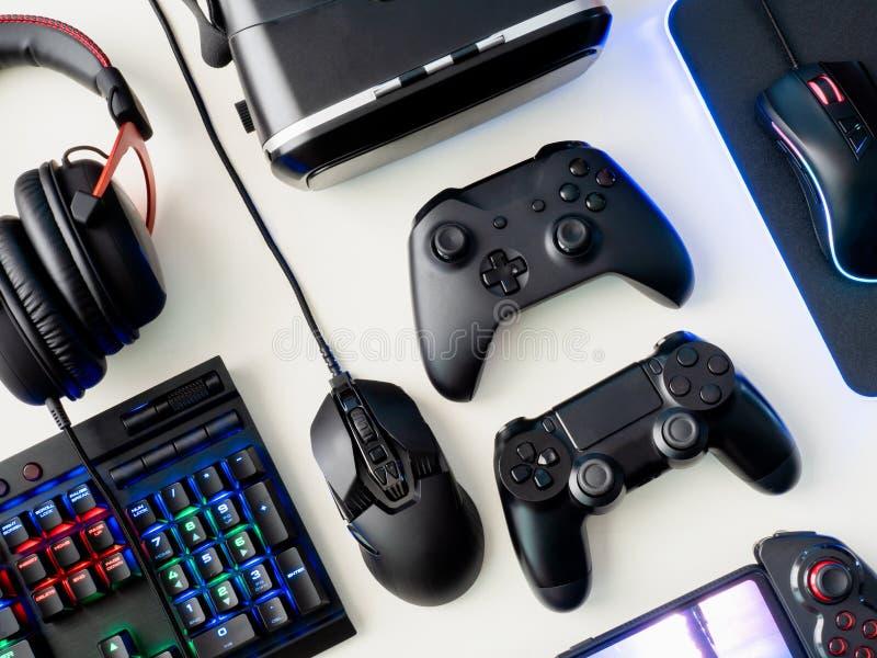 Gamerworkspacebegrepp, bästa sikt ett spela kugghjul-, mus-, tangentbord-, styrspak-, hörlurar med mikrofon- och musblock på vit  arkivbild