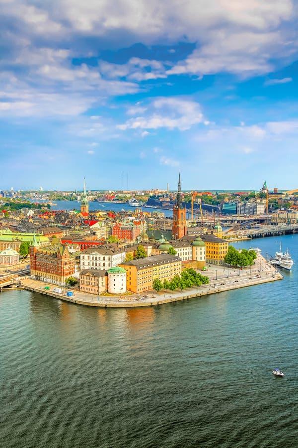 Gamla斯坦,斯德哥尔摩在一个晴朗的夏日,瑞典的老部分 从斯德哥尔摩市政厅Stadshuset的鸟瞰图 免版税库存照片