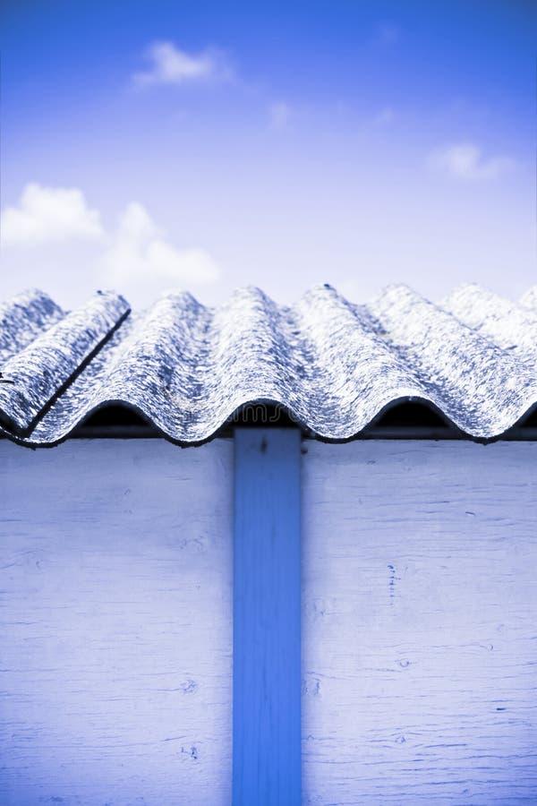 Gamla åldrade farliga asbesttak - ett av de farligaste materialen i byggnader som kallas'dold mördare' arkivfoto