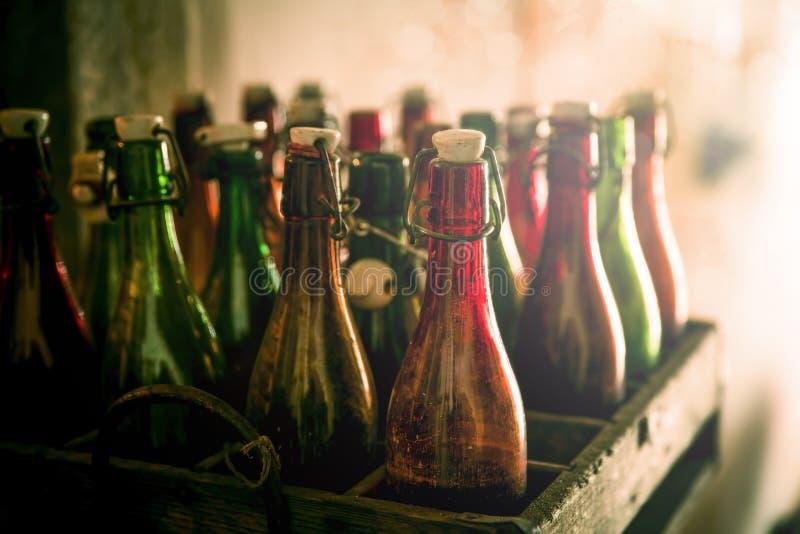 Gamla ölflaskor i träfall royaltyfri fotografi