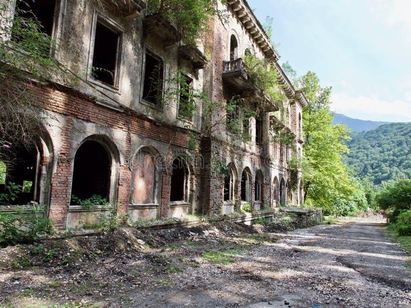 Gamla övergav byggnader i solig sommardag royaltyfri foto