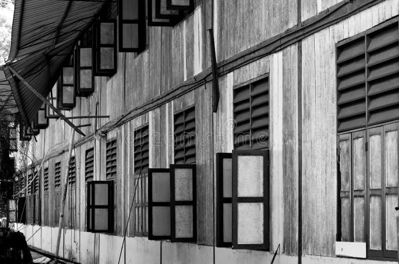Gamla övergav skolahusfönster royaltyfri bild