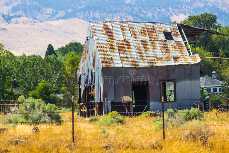 Gamla övergav Tin Barn In Disrepair arkivfoton