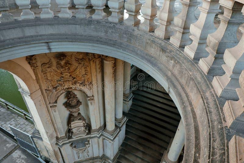 Gamla anciant bågar och trappor av den Zwinger konstgallerit och museet i Dresden, Tyskland arkivbilder