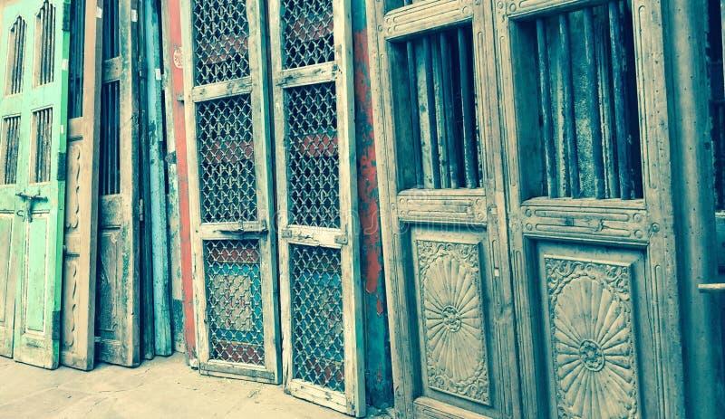Gamla antika dörrar arkivbild