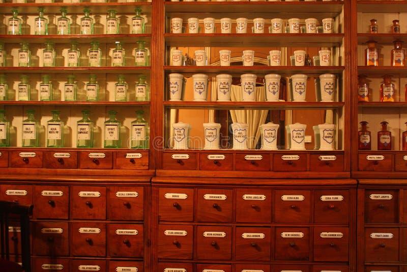 Gamla apotek, apotek, flaskor och små medicinflaskor arkivbilder