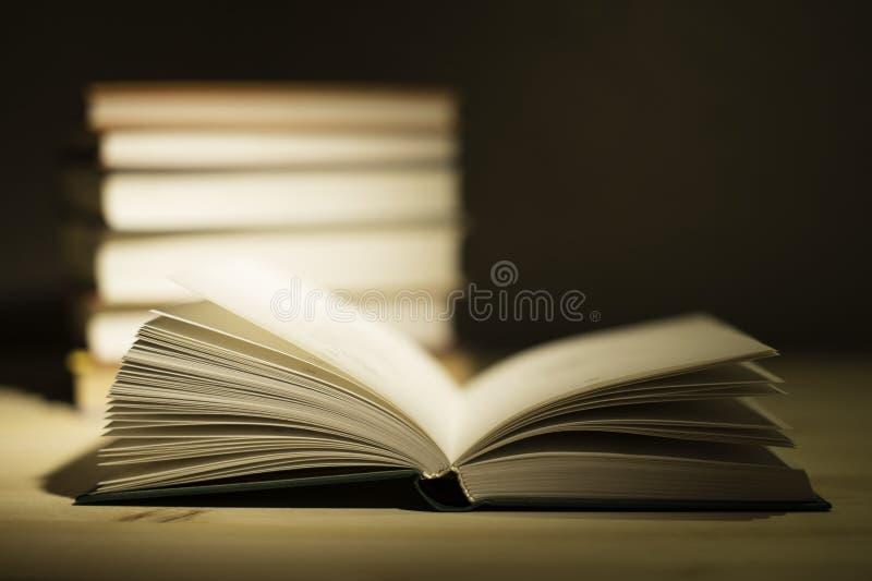 Gamla böcker för tappning på trädäcktabellen royaltyfria bilder