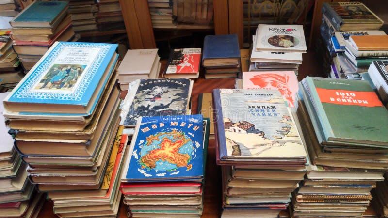 Gamla böcker i ryss och ukrainska språk som är till salu på gatamarknaden royaltyfri bild