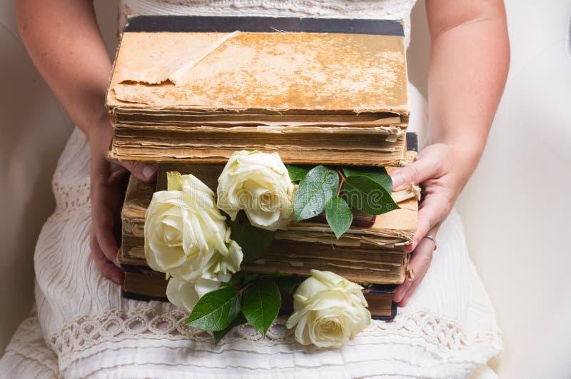 Gamla böcker med blommor royaltyfri fotografi