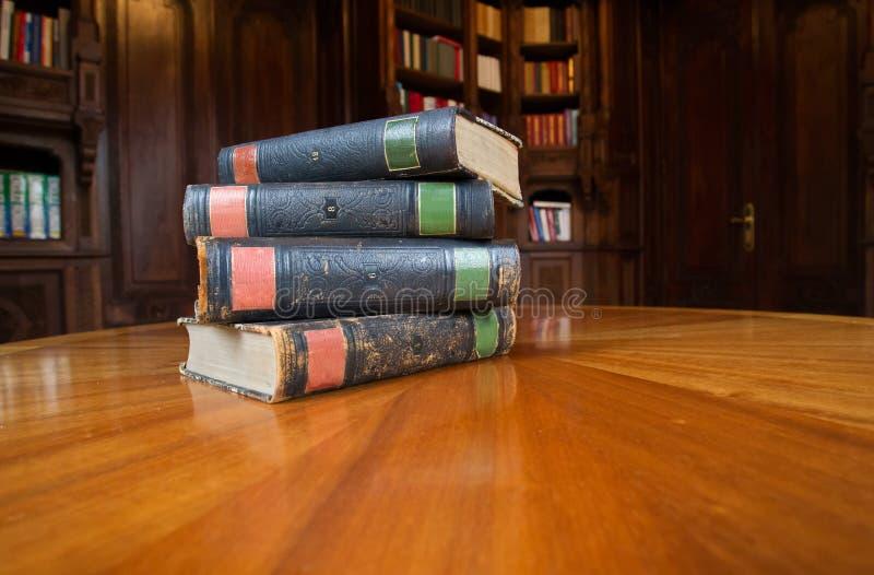 Gamla böcker på en tabell royaltyfria foton