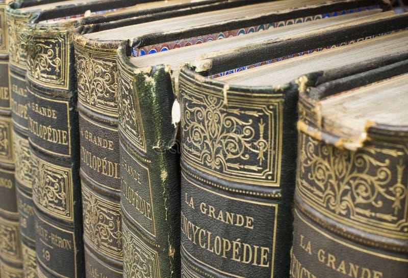 Gamla böcker på hylla arkivfoto