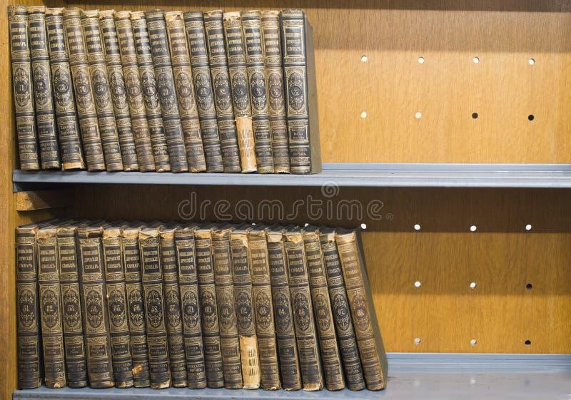 Gamla böcker på hylla royaltyfria foton