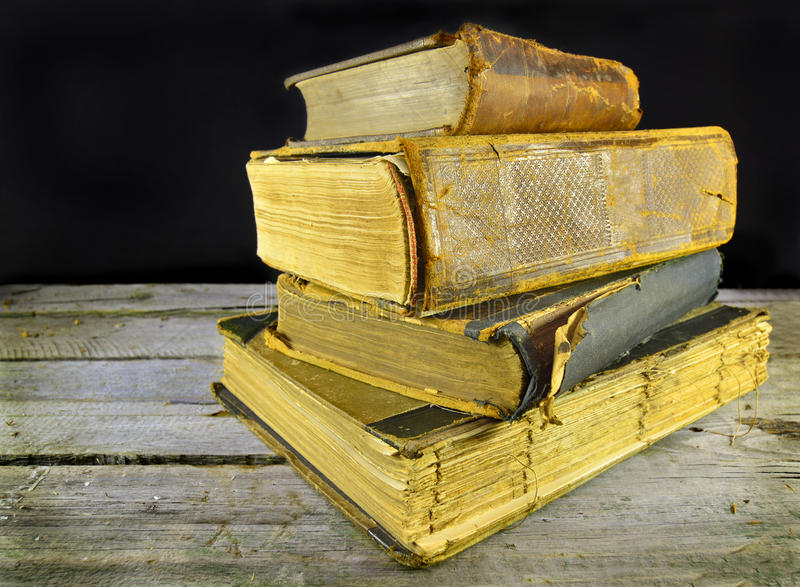Gamla böcker på tabellen royaltyfria foton