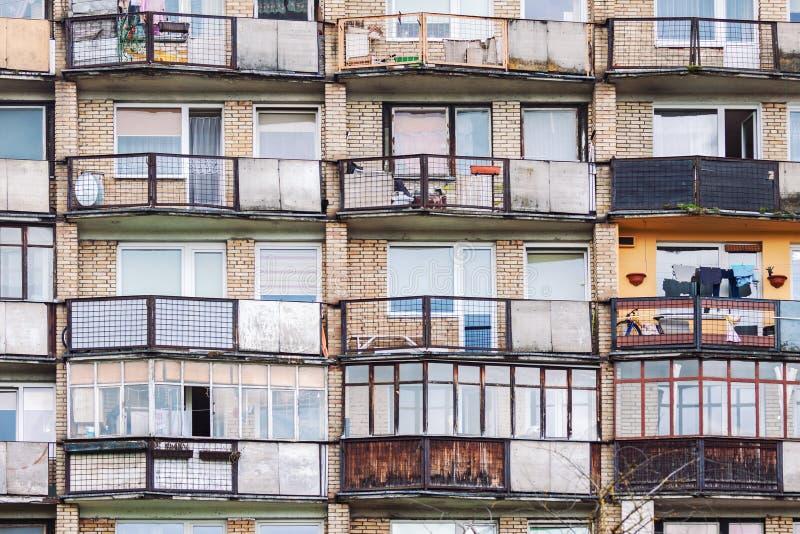 Gamla balkonger och fönster för bostads- byggnad arkivfoton