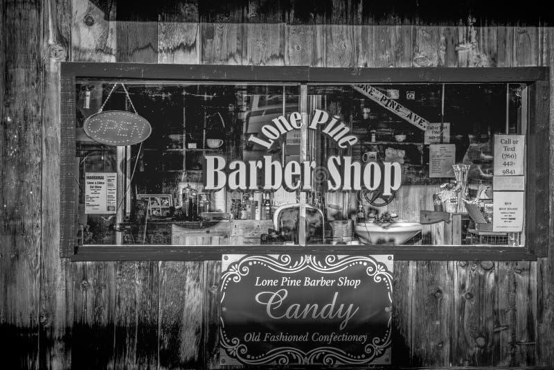Gamla Barber Shop i den historiska byn av ensamt s?rjer - ENSAMT S?RJA CA, USA - MARS 29, 2019 royaltyfria foton