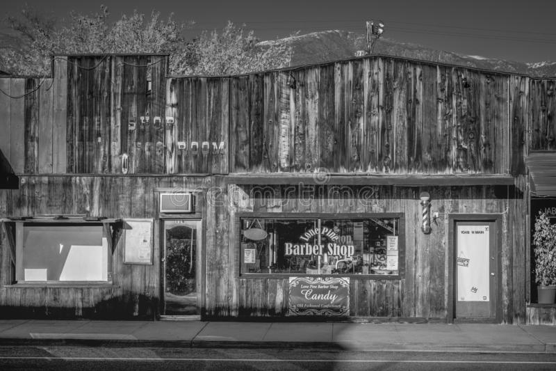 Gamla Barber Shop i den historiska byn av ensamt s?rjer - ENSAMT S?RJA CA, USA - MARS 29, 2019 arkivbild