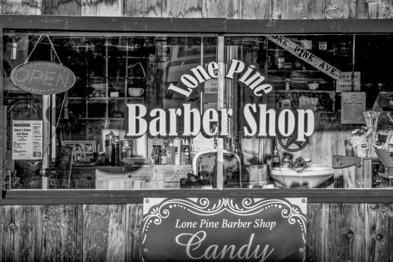 Gamla Barber Shop i den historiska byn av ensamt s?rjer - ENSAMT S?RJA CA, USA - MARS 29, 2019 royaltyfri foto