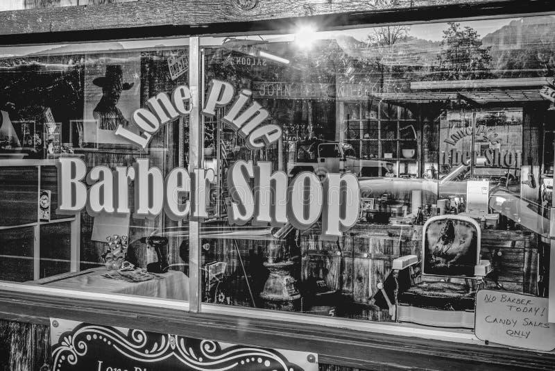 Gamla Barber Shop i den historiska byn av ensamt s?rjer - ENSAMT S?RJA CA, USA - MARS 29, 2019 royaltyfri bild