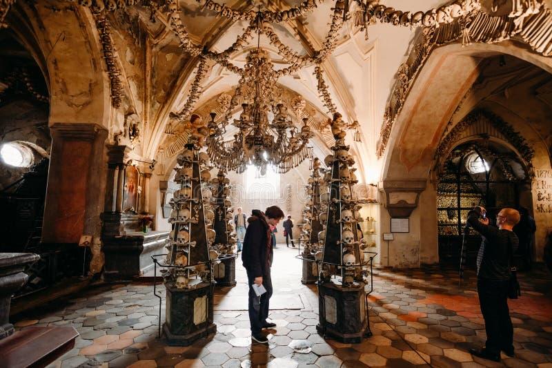 Gamla ben och skallar i den Sedlec ossuaryen (Kostnice), Kutna Hora, C royaltyfri foto