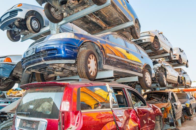 Gamla bilar i en bilsäkerhetsbrytareskroten arkivbild