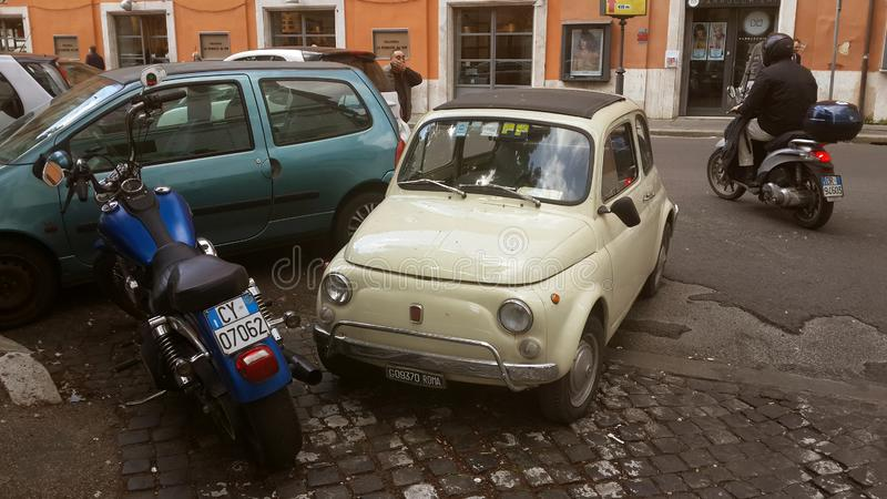 Gamla bilar i Rome, Italien royaltyfria foton