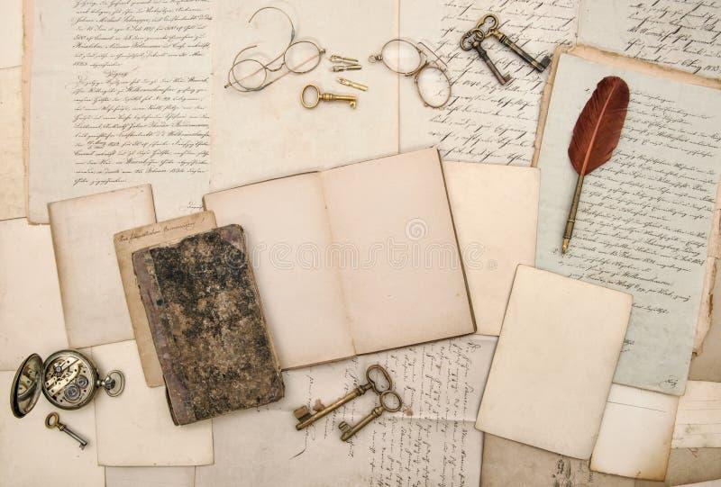 Gamla bokstäver öppnar pappers- bakgrund för bokbildramar royaltyfri fotografi