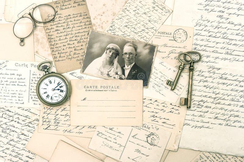 Gamla bokstäver och vykort, antik tillbehör och foto fotografering för bildbyråer