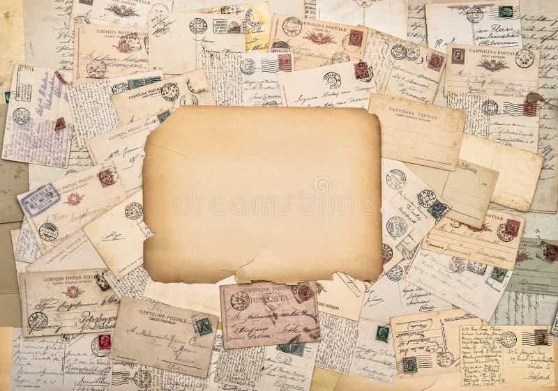 Gamla bokstäver och vykort Antikt porto Tappningstilpapper arkivbild