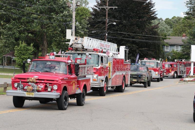 Gamla brandlastbilar ståtar arkivfoton