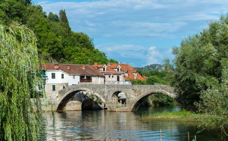 Gamla bro och hus i staden av floden Crnojevic arkivfoto