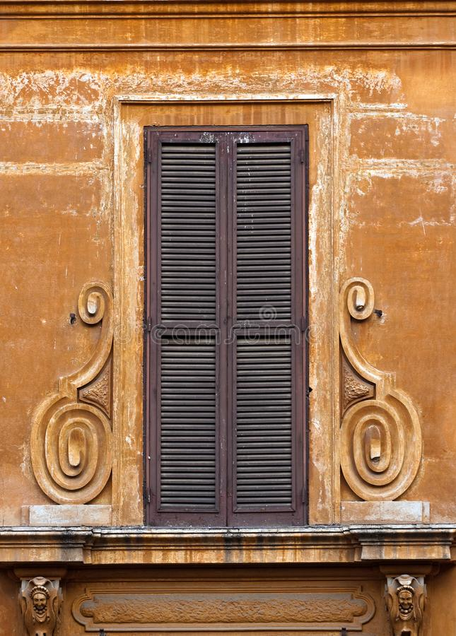 Gamla bruna fönsterslutare arkivbilder