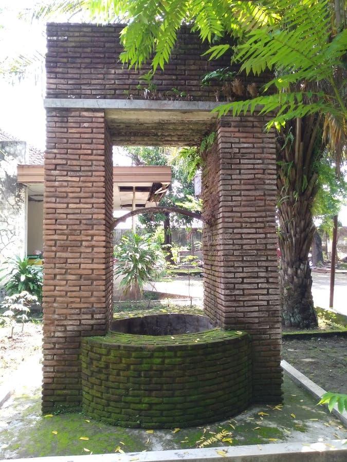 gamla brunnar av de tidigare kolonierna av den holländska kolonin i för sondokoro fabriken solo royaltyfria foton