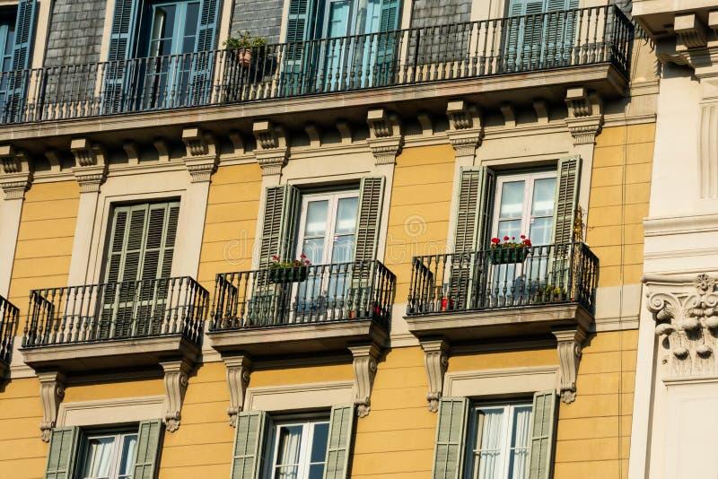 Gamla byggande fasad och balkonger på Passeig de Gracia Avenue royaltyfria foton