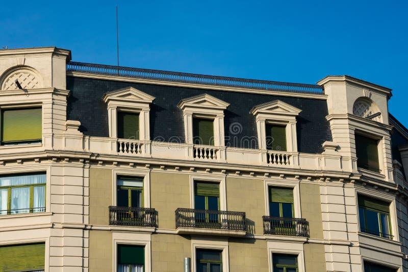 Gamla byggande fasad och balkonger på Passeig de Gracia Avenue arkivfoto