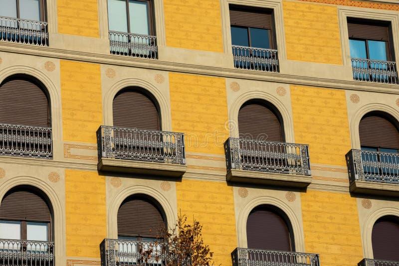 Gamla byggande fasad och balkonger på Passeig de Gracia fotografering för bildbyråer