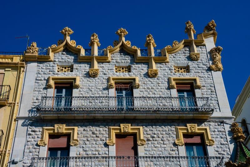 Gamla byggande fasader i den Rambla novan royaltyfria bilder