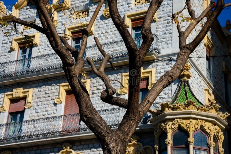 Gamla byggande fasader i den Rambla novan royaltyfri fotografi