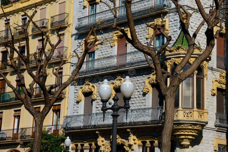 Gamla byggande fasader i den Rambla novan arkivfoto