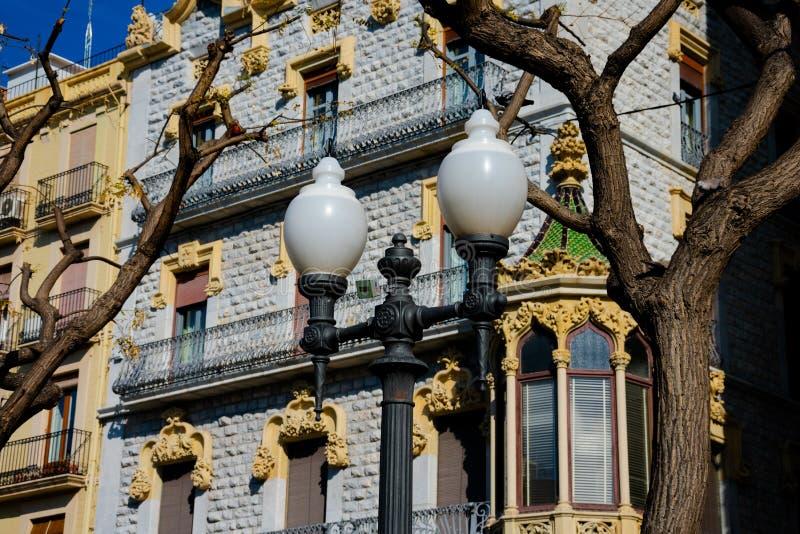 Gamla byggande fasader i den Rambla novan royaltyfria foton