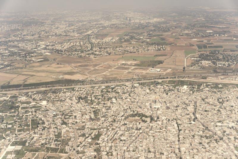 Gamla byggnader, fält och nya skyskrapor i Tel Aviv, Israel arkivfoton