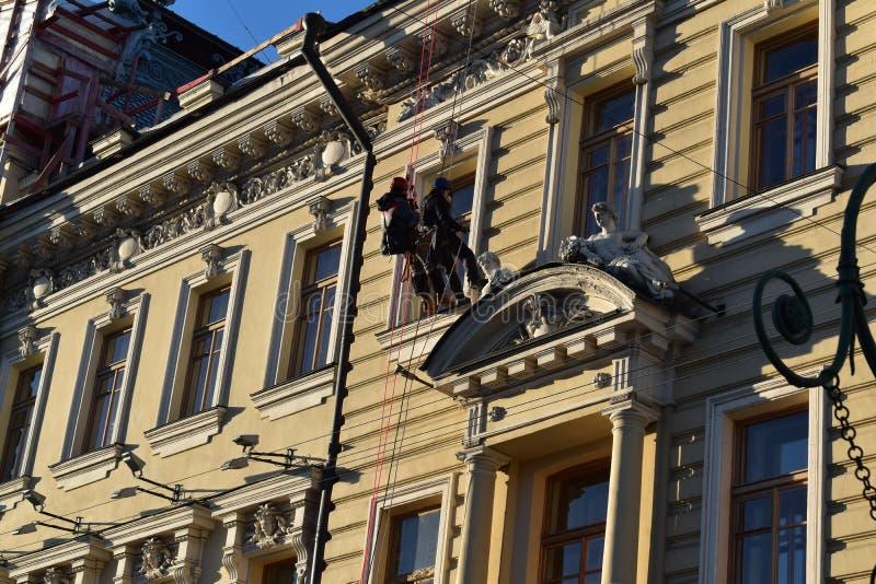 Gamla byggnader för St Petersburg kanalkaj arkivbild