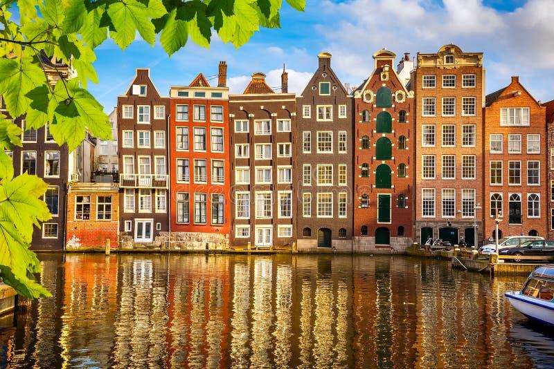 Gamla byggnader i Amsterdam arkivfoton