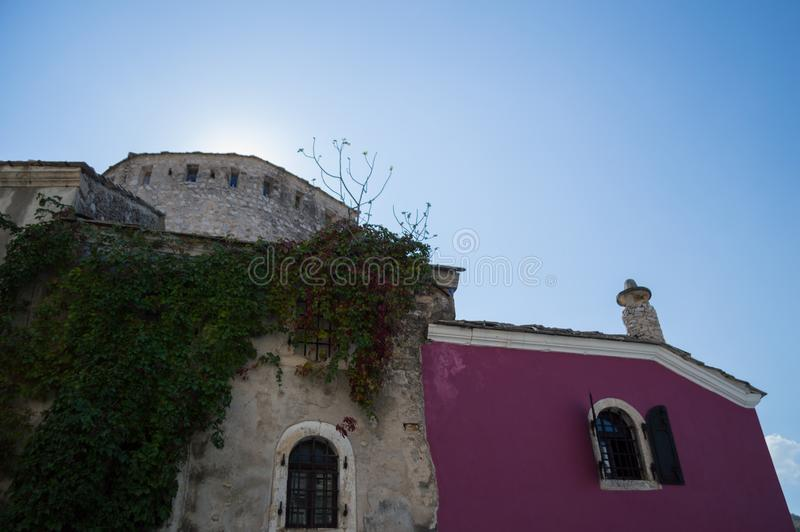 Gamla byggnader i den gamla staden av Mostar, Bosnien och Hercegovina royaltyfri foto