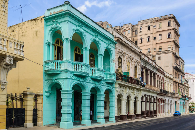 Gamla byggnader i Paseo Marti i havannacigarren, Kuba royaltyfri bild