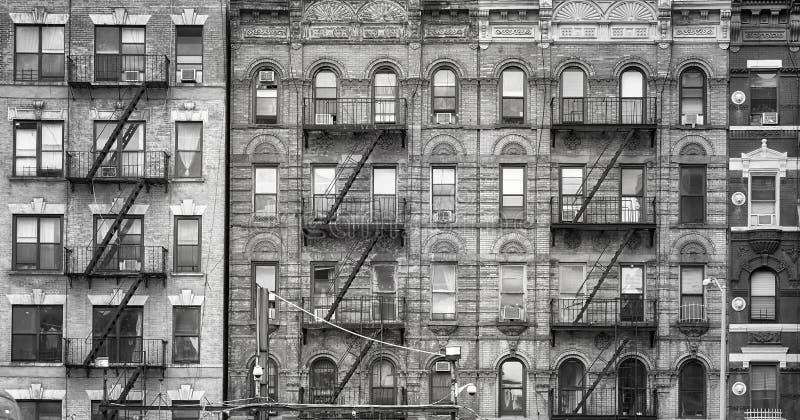 Gamla byggnader med brandflykter i New York City arkivfoto