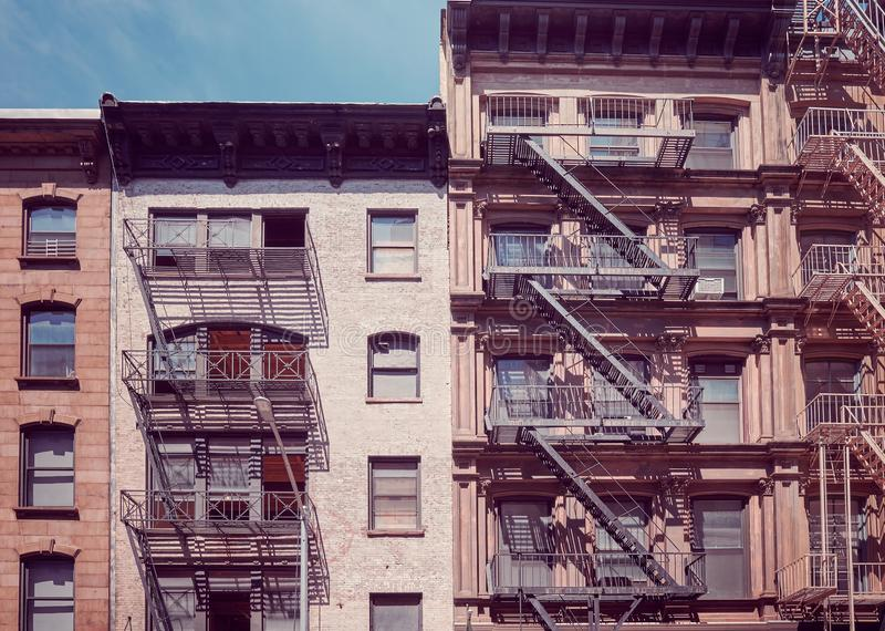 Gamla byggnader med brandflykter, New York royaltyfri foto