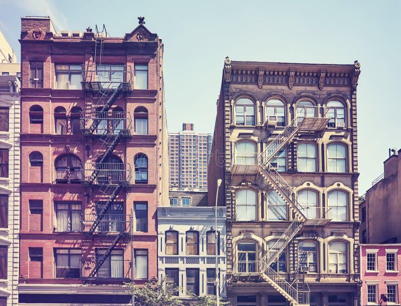 Gamla byggnader med brandflykter, New York royaltyfria bilder