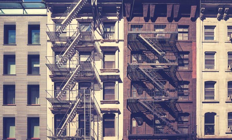 Gamla byggnader med brandflykter, New York royaltyfria foton