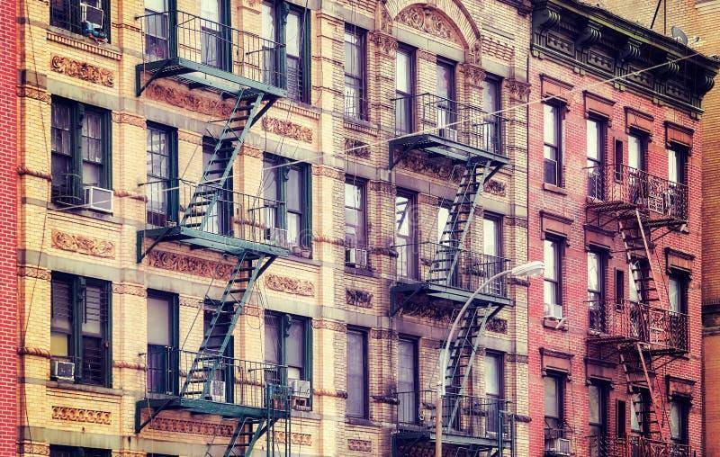 Gamla byggnader med brandflykter, NYC royaltyfri bild